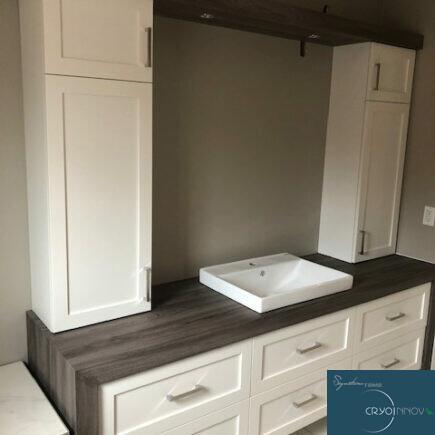 Armoire et vanité de salle de bain